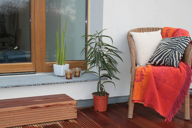 křesílko, deka, palmička