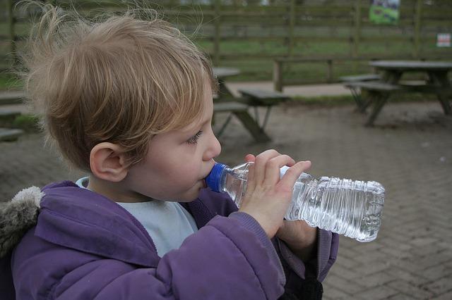 dítě s láhví