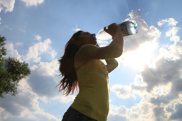 dívka při pití